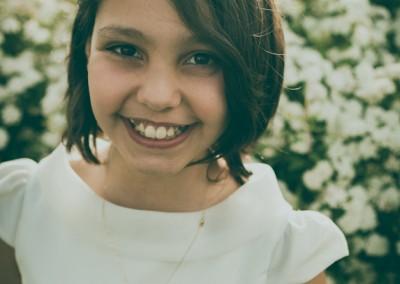 niña de comunión sonriendo