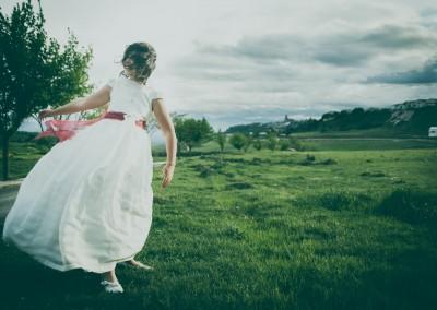 niña de comunión con viento