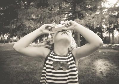 niña haciendo fotos