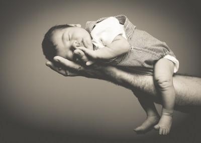 bebé en la mano de su padre