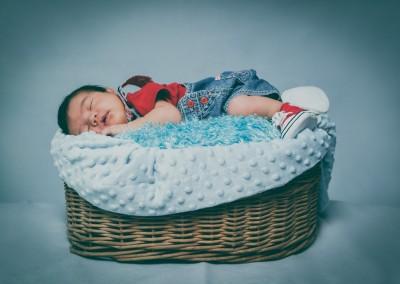 baby durmiendo en una cesta