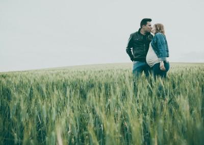 embarazada en campo de trigo